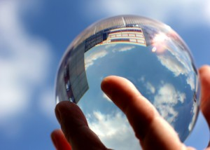 """Wie sieht die Zukunft des Journalismus aus? In """"Die Idee des Mediums"""" wird der Blick in die Glaskugel gewagt?"""