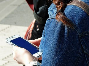 Braucht die Smartphone-Generation überhaupt noch Zeitungen? Eine Studie gibt Antworten.